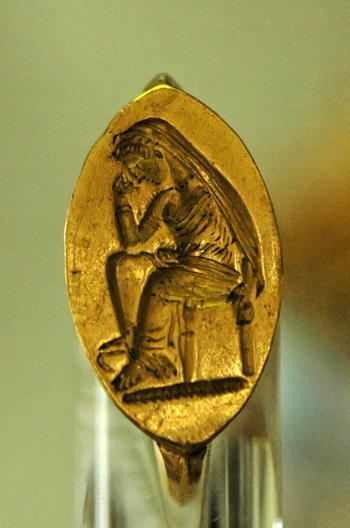 Gold ring with Penelope seated on the face